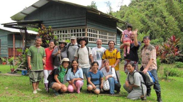 Pelancong asing dan penduduk kampung bergambar bersama pemilik Resort. Philip Pengiran Racha