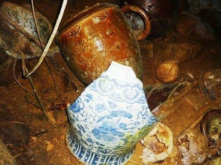 Tembikar seramik/Tempayan tempat menyimpan Tulang